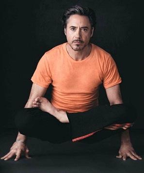robert-downey-jr-yoga-lolasana