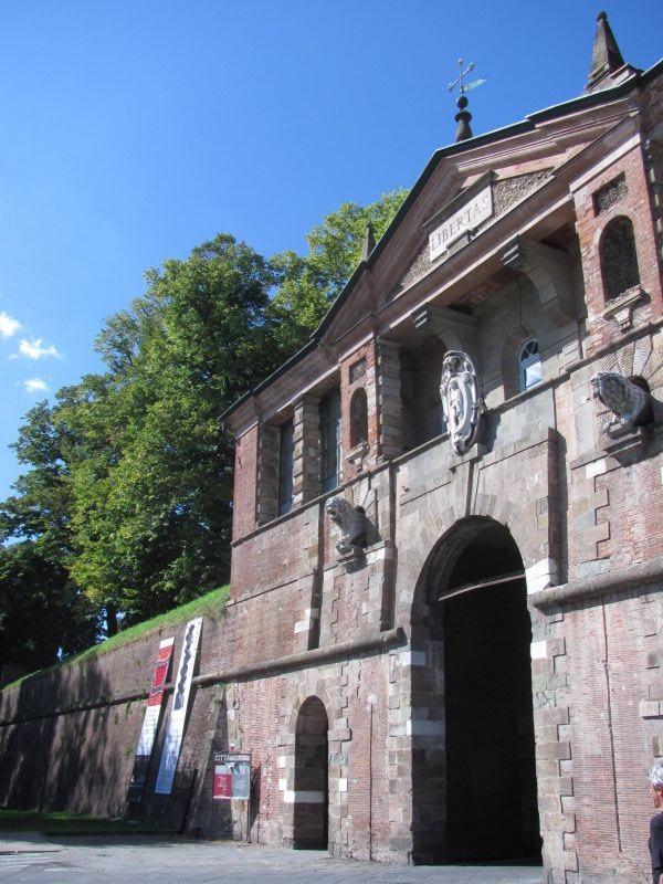 Portal de acesso ao centro histórico sob a muralha/parque