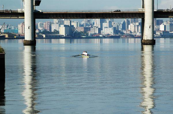 sob a ponte do Guaíba