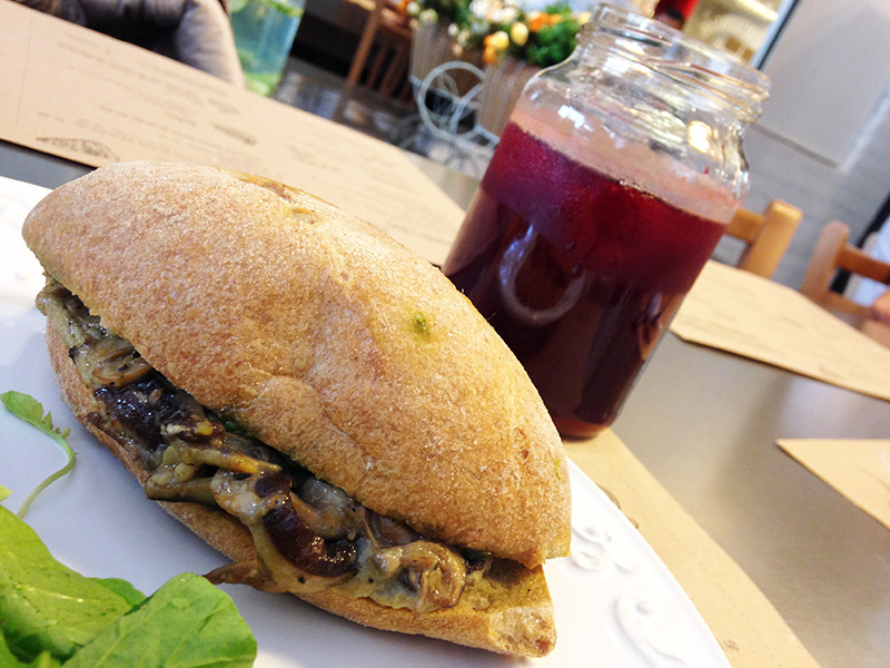 sanduiche de cogumelos, baba ganouch e pesto de rúcula